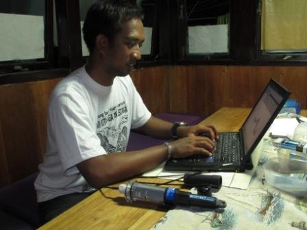 Muhajir downloading temperature data from logger